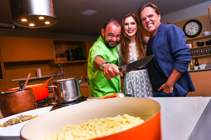 Chef Dudu Camargo com Julia e George Zardo