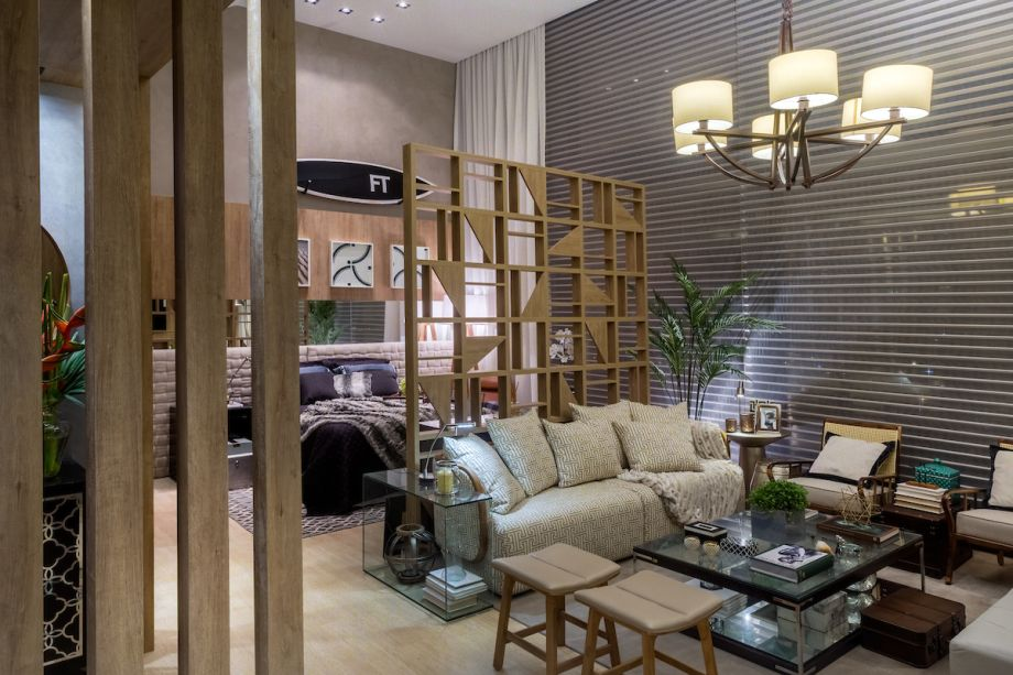 <span>Loft do Empresário Carioca - Cristina Japiassú. O espaço é dedicado a um empresário carioca de estilo despojado e, ao mesmo tempo, chique. O projeto aberto e integrado preza a multifuncionalidade e a convivência. A decoração é leve com uma paleta de cores neutras. A madeira clara está em todo o ambiente − no piso, nas paredes e em painéis geométricos desenhados por Cristina, que fazem uma sutil divisão dos ambientes. </span>