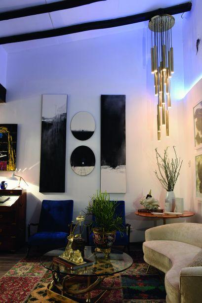 ESCRITORIO DE LOS RECUERDOS - ELMO RUBIO E ORLANDO ESPINOZA. A década de 1950 tem presença marcante, presente em praticamente todo o mobiliário selecionado. Uma das exceções é a escrivaninha do século 19, que dialoga com objetos e obras de arte contemporâneos, no ambiente inspirado em uma casa de campo.