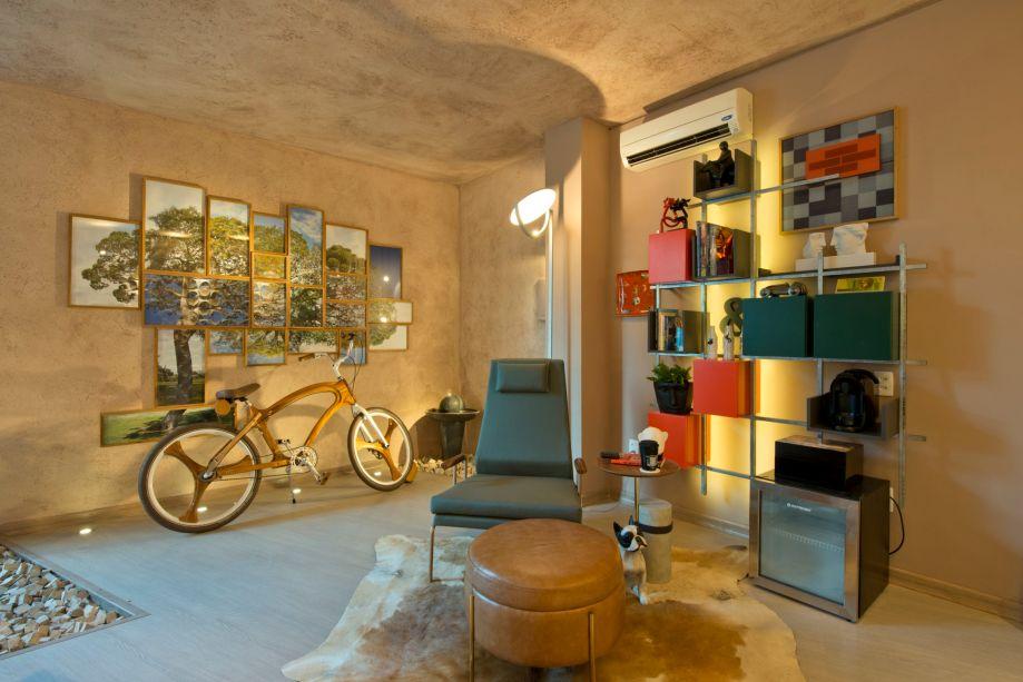 CASACOR CE 2017:<span>Home Office XXI - Rosalinda Pinheiro. Cada detalhe traz um apelo gráfico, incluindo o recorte triangular na parede, ao lado da composição de quadros do artista plástico Luis Fernando Dantas.</span>