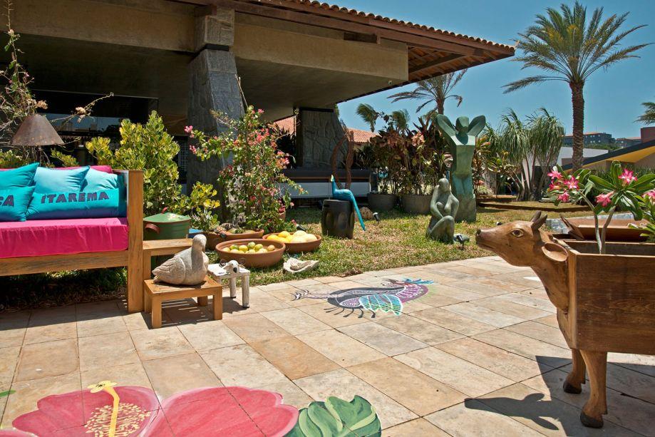 As Coisas do Meu Ceará - Nem Filho. A diversidade de plantas confere um ar tropical. E as cores são igualmente exuberantes nas pinturas do piso, nas almofadas e em outros detalhes da ambientação, que remetem a ícones de várias regiões do estado.