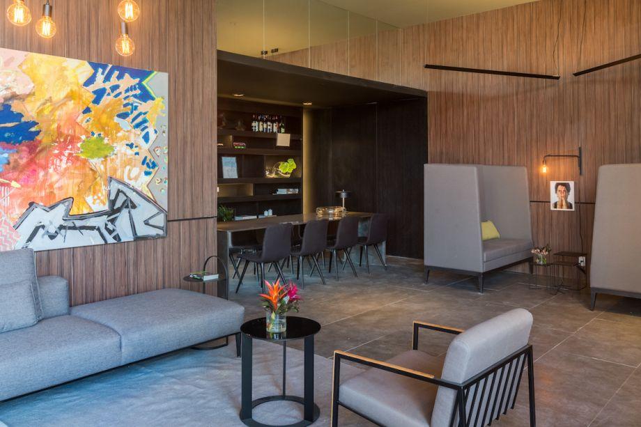 """<span style=""""font-weight:400;"""">Pool Bar - Fabio Bouillet e Rodrigo Jorge. Um ambiente despojado, com cara de hotel dedicado à convivência e ao lazer. Na parte interna, a linguagem é contemporânea, com revestimentos mais brutos. No bar, os arquitetos criaram uma """"cápsula"""" escura: teto rebaixado e paredes pintadas de preto tornam o ambiente bem intimista.Um dos diferenciais do projeto está nos vários níveis criados pelas piscinas, com hidromassagem, borda infinita, espelho d´água.</span>"""