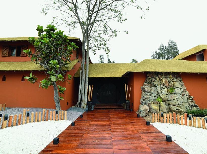 FACHADA - CLAUDIA PÉREZ-NOVOA E DANIEL GONZÁLEZ-KELLY. O projeto reverencia o passado e ao mesmo tempo projeta o futuro. Ele atualiza e enaltece as formas originais da fachada do antigo restaurante Pabellón de Caza, um dos mais renomados da cidade nos anos 1980.