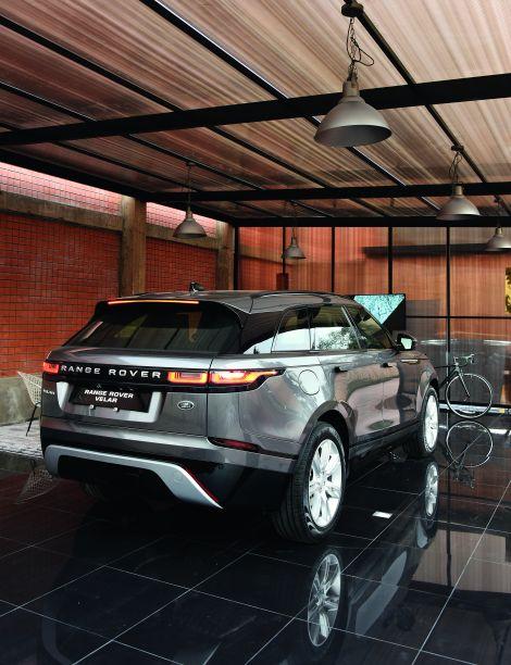GARAJE VELAR - ARTURO TORRES E JOSÉ ZAPATA. Textura de pedras e geometrismos se encontram com as paisagens digitalizadas do Peru, conectando natureza, modernidade e tecnologia. A combinação representa o conceito do novo modelo Range Rover Velar, da inglesa Land Rover.