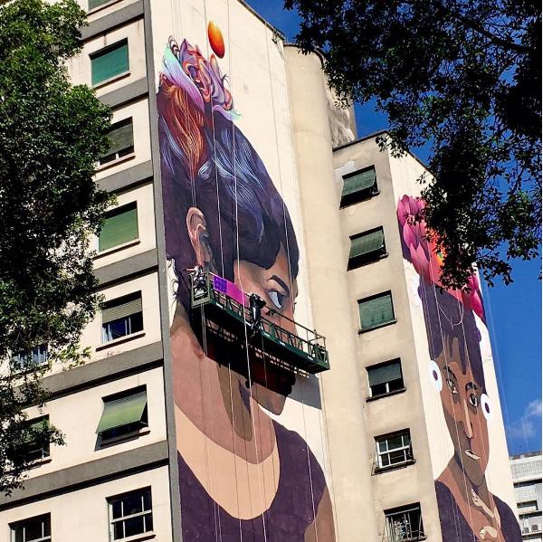 A muralista colombiana Gleo utiliza<span>tinta látex, pincéis e rolos de pintura para criar personagens e cenas pictóricas e simbólicas, sempre inspiradas nas cores e tradições de seu país.</span>