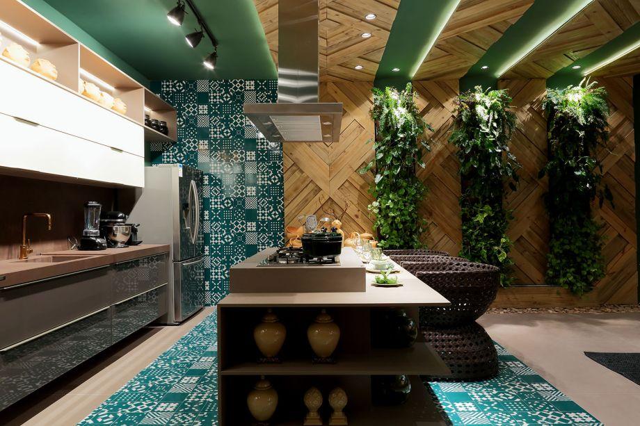 <span>CASACOR Alagoas 2017. </span><span>Home Kitchen - Mercia Marinho e Natalia Duarte. O verde dá tom a esse ambiente, que une a funcionalidade de uma cozinha com o aconchego de uma sala de estar. A cor, que está presente nas paredes, nos detalhes da decoração e no exuberante jardim vertical, harmoniza com os tons terrosos e a textura de madeira natural. No teto, as fitas de LED contornam o pergolado geométrico de madeira.</span>