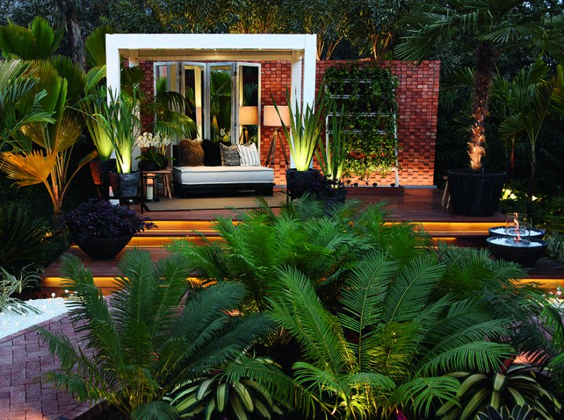 JARDÍN PRINCIPAL - LIZETTE MIRÓ QUESADA, MARCIA LENZ E VERÓNICA SAENZ. A proposta foi mostrar as várias possibilidades de elaborar um jardim aproveitando o espaço existente, integrado à arquitetura da casa. Efeitos de luz convidam a experimentar o recanto durante a noite. Linhas modernas dialogam com o paisagismo tropical, com influências das profissionais brasileiras e peruanas.