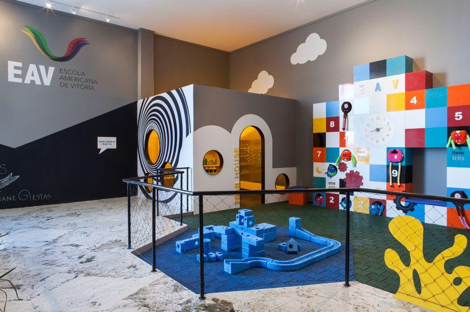 """<span style=""""font-weight:400;"""">Kid's Playspace - Fabiane Giestas. A ordem do ambiente é ser lúdico e promover a interação e diversão das crianças. O espaço projetado em parceria com a Escola Americana de Vitória (EAV) possui 200 m² e vai além de apenas um local com balanços, escorregadores e gangorras. A área destinada aos pequenos contém Playscape, Colour Studio, Tech House, Build Experience e Sensory Garden.</span>"""