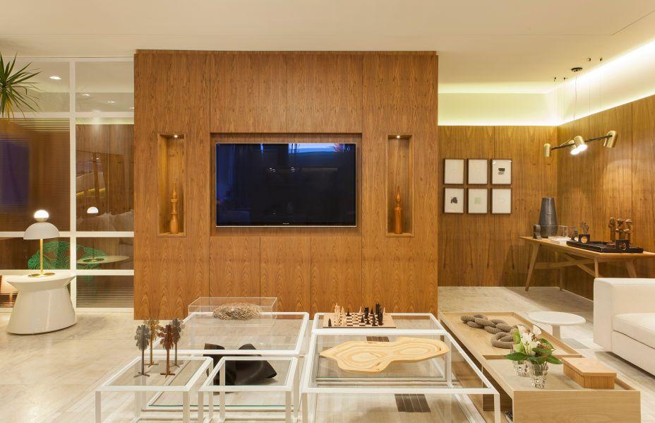 """<span style=""""font-weight:400;"""">Loft Inspiração Ipanema - Tamara Raizer. Tons neutros, minimalismo escandinavo e a boa bossa carioca traduzem o estilo do loft inspirado no charmoso bairro. A madeira é o elemento chave do projeto que é completado por uma vegetação fresca, peças de arte e adornos que remetem a uma memória afetiva e à personalidade do morador do espaço.</span>"""
