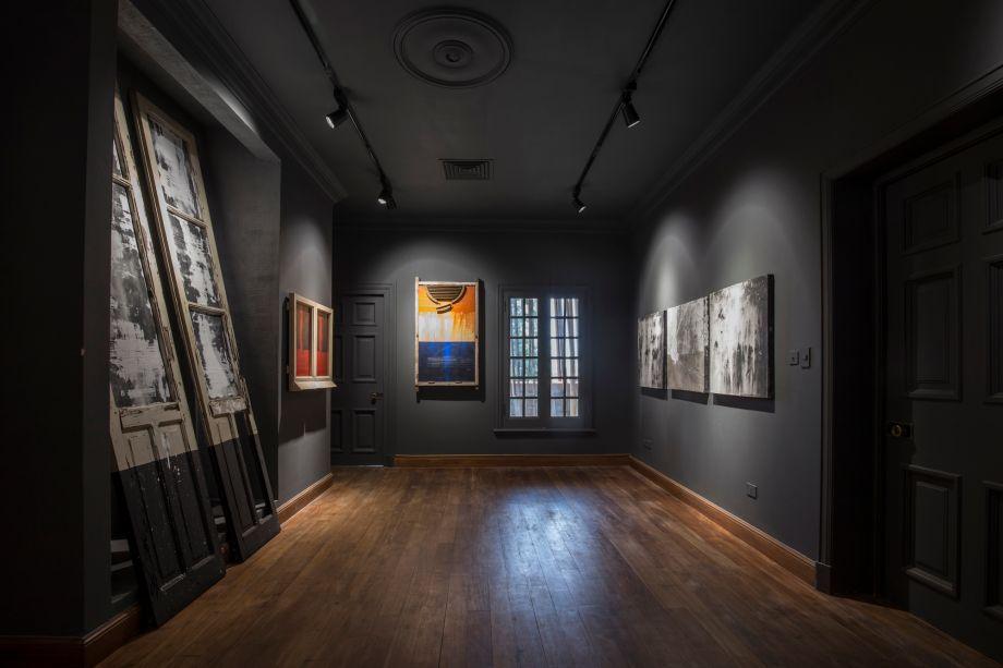 Sala de Autor. Um espaço neutro para uma amostra da arte contemporânea do Paraguai. Com essa proposta, buscou-se um alto contraste com o cinza escuro para valorizar as obras de arte e compor com o piso em madeira original.