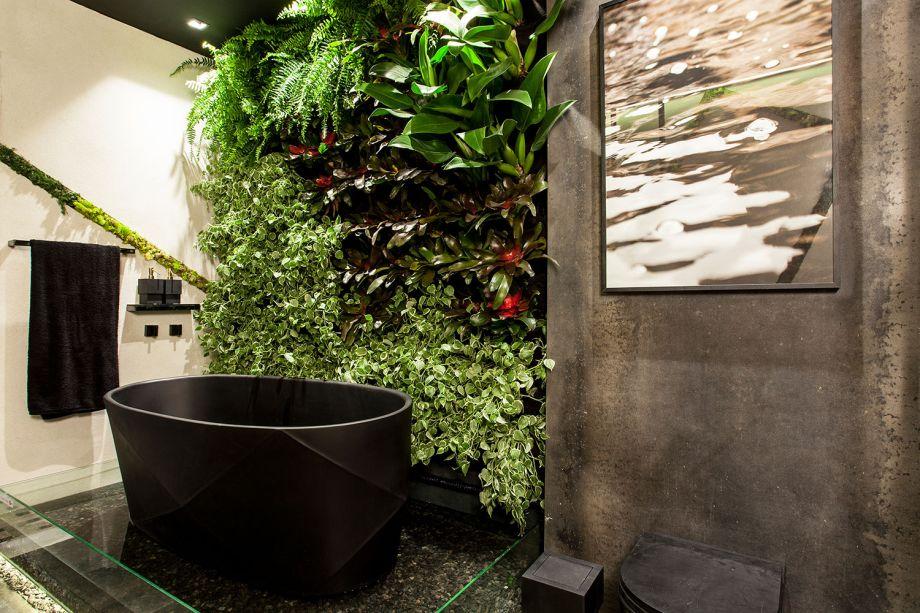 Sala de Banho - Jéssica Araújo.<span>A arquiteta reforça a importância da sustentabilidade na decoração com plantas instaladas em recortes geométricos e na parede viva em forma de jardim vertical.</span>
