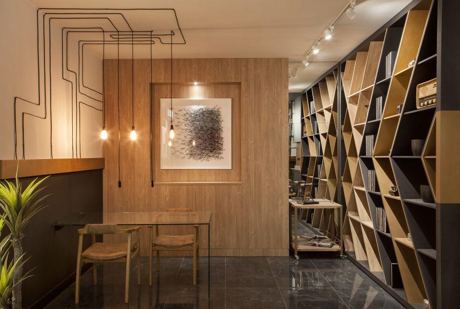 """<span style=""""font-weight:400;"""">Sala de Imprensa com Lavabos - Cirlene Reco. Conforto e funcionalidade abraçam o projeto que contrasta o estilo urbano contemporâneo. Neste ambiente receptivo, o preto entra em composição com cores clássica, como o branco e o dourado, além de receber o calor da madeira. Para completar o decór, obras de arte, objetos retrô e paredes com combinações fotográficas são inseridas. </span>"""