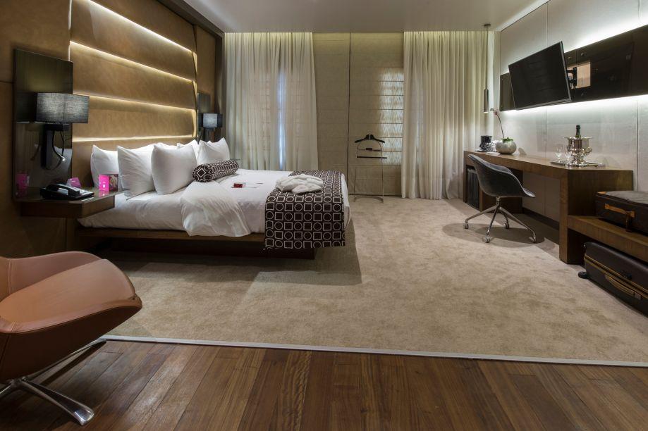 Suite Crowne. A suíte do Hotel Crowne Plaza resgata a elegância e o conforto, com recursos de iluminação e materiais cálidos, intercalando telas, couros e madeira na tonalidade natural.