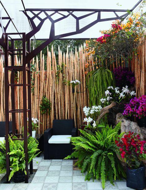 TIENDA GOURMET CON JARDÍN - ANN SULLIVAN - EKATERINA ZAKHAROVA E MANOLO ARIAS. Para os profissionais, o paraíso é traduzido em um jardim florido, cuja paz e tranquilidade devolvem o que é essencial. Com este conceito, foi delimitado um espaço aconchegante com madeiras, poucos itens de mobiliário e uma vegetação que transborda - mostrando que a natureza vence no final.