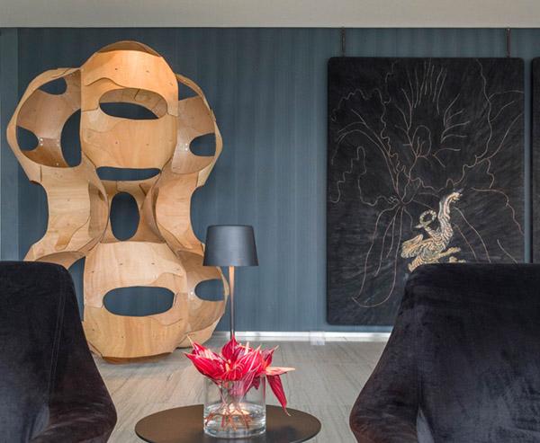 CASACOR RJ 2017:<span>Lobby - Gisele Taranto.O ambiente conta com a luxuosa curadoria de arte de Vanda Klabin, que escolheu a dedo uma escultura com estrutura de bambu do Angelo Venosa, um quadro do Walter Goldfarb e uma escultura com espelhos do Gustavo Prado.</span>