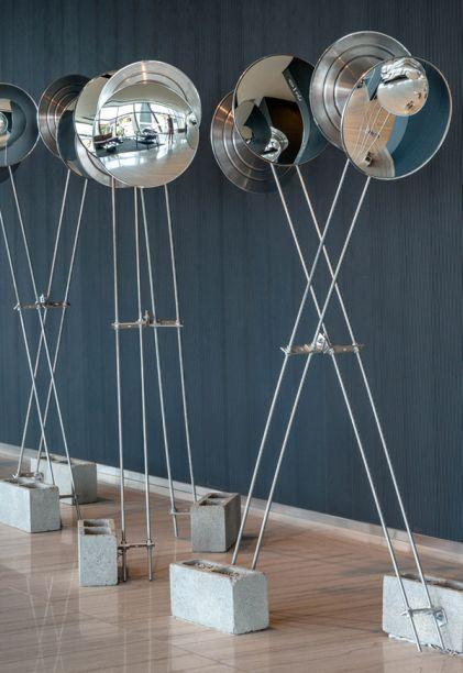 Lobby - Gisele Taranto.O ambiente conta com a luxuosa curadoria de arte de Vanda Klabin, que escolheu a dedo uma escultura com estrutura de bambu do Angelo Venosa, um quadro do Walter Goldfarb e uma escultura com espelhos do Gustavo Prado.