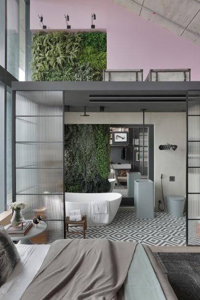 <span>Box 21 - Beta Arquitetura - Bernardo Gaudie-Ley e Tânia Braida. A dupla de profissionais se inspirou nos lofts nova-iorquinos para criar o espaço ideal para um empresário paulista. O pé-direito alto foi a motivação para projetar o banheiro dentro de uma caixa, the box, de vidro com um espelho atrás do lavatório, gerando profundidade.</span>
