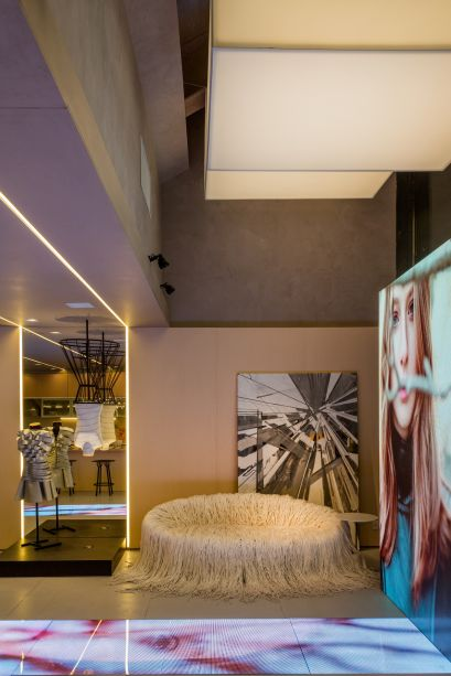 Cozinha Gourmet da Estilista - Cristina Côrtes. Uma grande tela assinada pelo artista Rafael Vicente completa a decoração.
