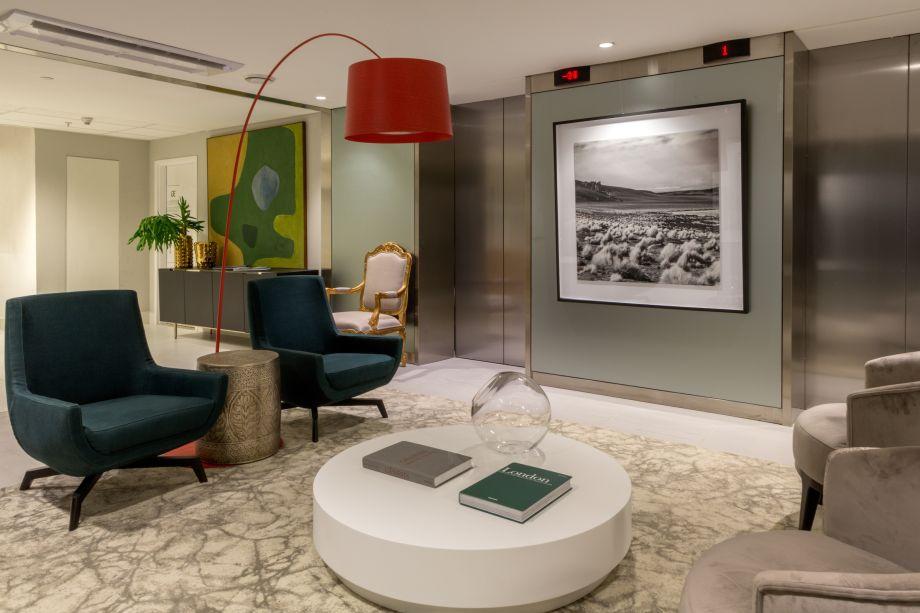 CASACOR RJ 2017: Lounge de Saída - David Defízio. O profissional explora elementos alegres e vibrantes, com a atmosfera brasileira, como abacaxis, pássaros, palmeiras e uma tela de Burle Marx.