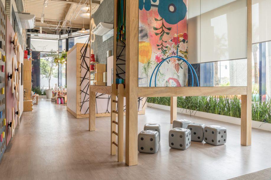 <span>Casa de Brincar, deLeila Bittencourt e Cristiana Spinola. Um espaço interativo para crianças e adultos, com duas casinhas que trazem diversas possibilidades de brincadeiras: blocos gigantes, cama de gato, um pin art gigante, paredes para rabiscar, um painel musical e uma grande parede revestida com lambe-lambe criado para o ambiente. Uma das estruturas foi revestida por fora com espelhando que refletem o espaço em 360º.</span>