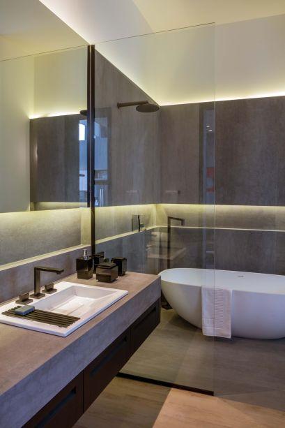 <span>Loft do Comandante - Ana Dantas e Jorge Delmas. O</span>espelho também foi aplicado sobre a bancada do banheiro, sendo valorizado pela iluminação de LED.