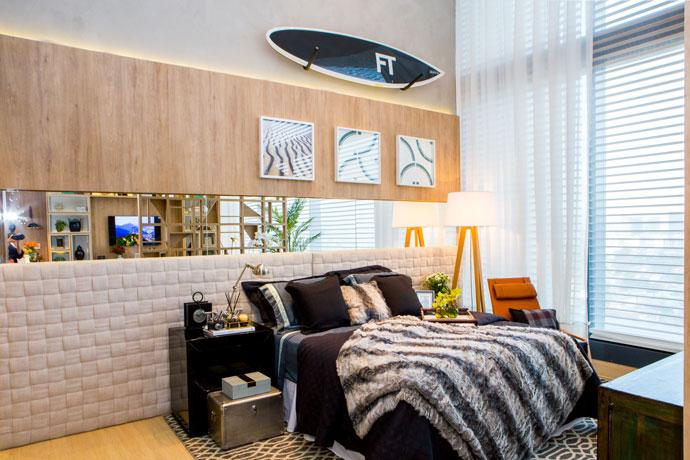 <span>Loft do Empresário Carioca - Cristina Japiassú. O loft, dedicado a</span><span>um empresário carioca de estilo despojado e, ao mesmo tempo, requintado, traz uma faixa de espelho sobre a cama, na cabeceira.</span>