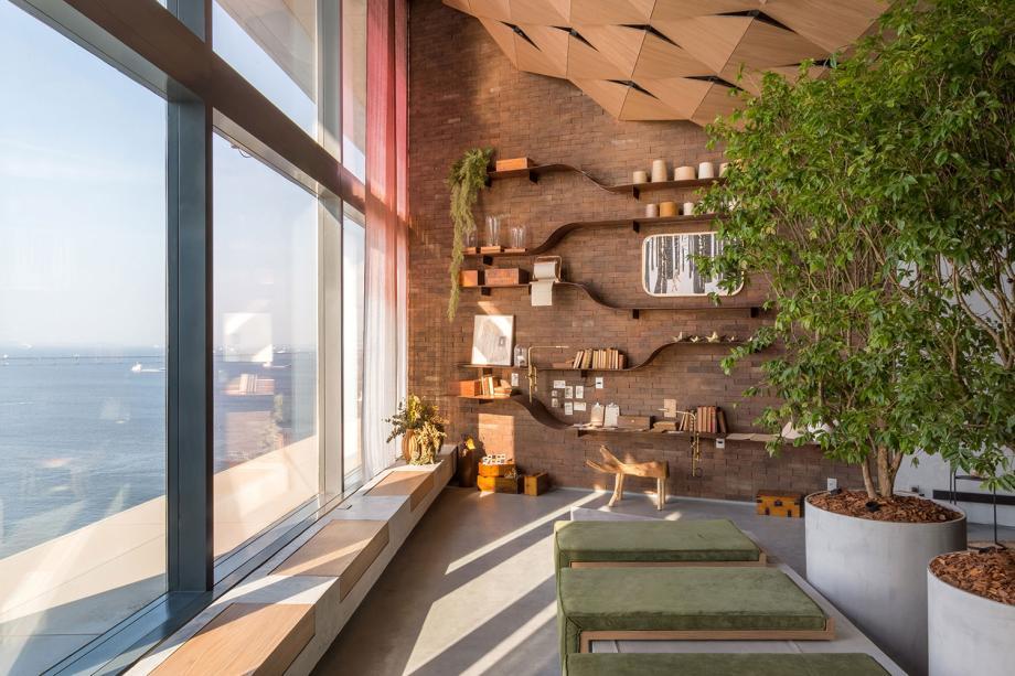 <span>Espaço Tem.po - Luiza Bottino e Valeska Ulm. O espaço de 70m² convida o visitante a uma pausa e reflexão. Para isso, a dupla criouum extenso banco construído próximo à parede de vidro que dá vista para a Baía de Guanabara. O banco é composto de concreto e madeira e além de ser feito para sentar, abriga vasos.</span>