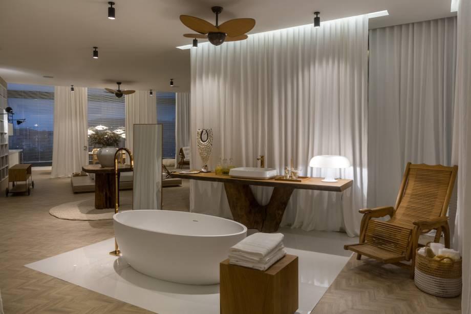 CASACOR RJ: SPA Deca - Paola Ribeiro. O espaço é pautado na experiência sensorial do visitante. O SPA ganha uma atmosfera clean no uso do branco e convida a um mergulho relaxante com chuveiros, espreguiçadeiras, sala de massagem e banho de imersão.