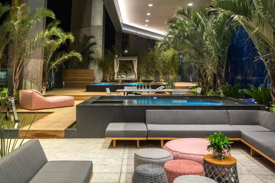 CASACOR Rio de Janeiro 2017. Pool Garden - Karyne Lima e Guiherme Portugal.  Um dos diferenciais do projeto está nos vários níveis criados pelas piscinas, com hidromassagem e borda infinita. Para emoldurar a piscina coberta e criar um espaço relaxante, os profissionais escolheram uma vegetação tropical.