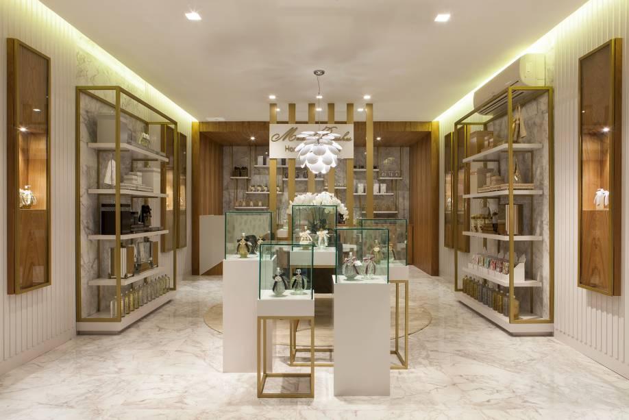 CASACOR ES: Loja da Casa - Micelhe Zuccolotto. O ambiente de 80 m² preza pela sofisticação e aconchego e foi pensado, primordialmente, para exibir os produtos expostos ali. O mix de texturas é composto pela predominância do dourado, do mármore e da madeira, resultando em um ambiente charmoso e elegante.