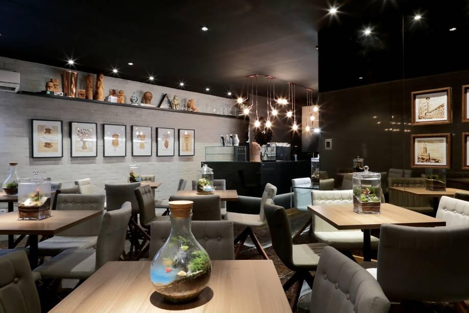 CASACOR Pernambuco: Café do Pátio - Acácio Costa e Viviane Manzi. A luz baixa programada, cores mais sóbrias, materiais nobres e estilo rústico fazem do espaço um ambiente calmo, perfeito para apreciar um bom café em boa companhia.