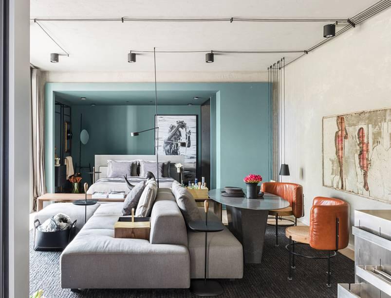 CASACOR SP: No Estúdio +55, com 38 m², o mobiliário é versátil: são dois sofás em um, compondo dois ambientes — o estar e a sala de jantar. Mesmo com área reduzida, a equipe do Triart Arquitetura não abriu mão desses dois espaços para que os moradores recebam seus amigos tanto para uma filminho quanto para um jantar.