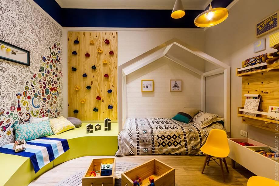 CASACOR Bolívia: ANTES DE CRECER - MARÍA EUGENIA MERCADO E RODRIGO JIMÉNEZ. Os móveis e cores deste quarto são pensados para crianças na faixa de dois a cinco anos de idade. A cama, por exemplo, é baixinha e de fácil acesso. Paredes também fazem parte da brincadeira, seja no papel com figuras de colorir ou no painel de escalada em pinus.