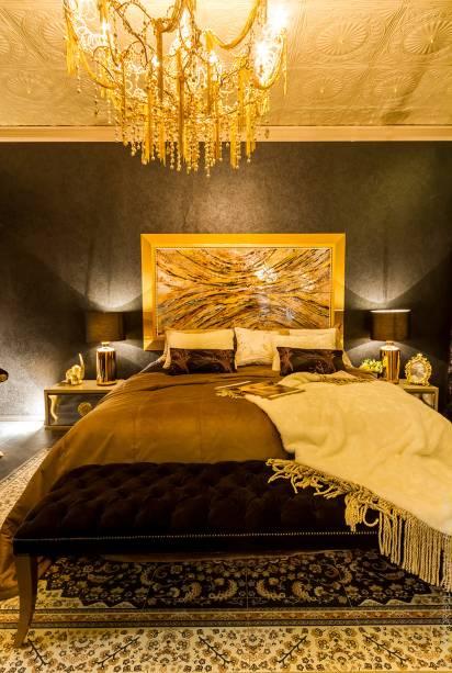 SUITE DE LA DIVA - ALEJANDRA REYES, FERNANDO JUSTINIANO E MARÍA BELÉN MORENO. O trio partiu do estilo clássico para alcançar uma atmosfera glamourosa, com texturas sofisticadas na tapeçaria, na roupa de cama, nos detalhes metalizados e itens bem trabalhados, como o gesso do teto que sustenta o grande lustre. Lady Di, Carolina Herrera e Madonna são ícones de várias épocas que serviram de inspiração.