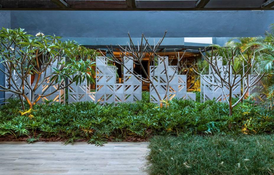 CASACOR Brasília 2017 - Jardim do Chef - Marina Pimentel. Peças ornamentais geométricas formam esculturas no jardim. Ele traz intencionalmente uma vegetação pouco densa, para mais leveza nestes 130m².