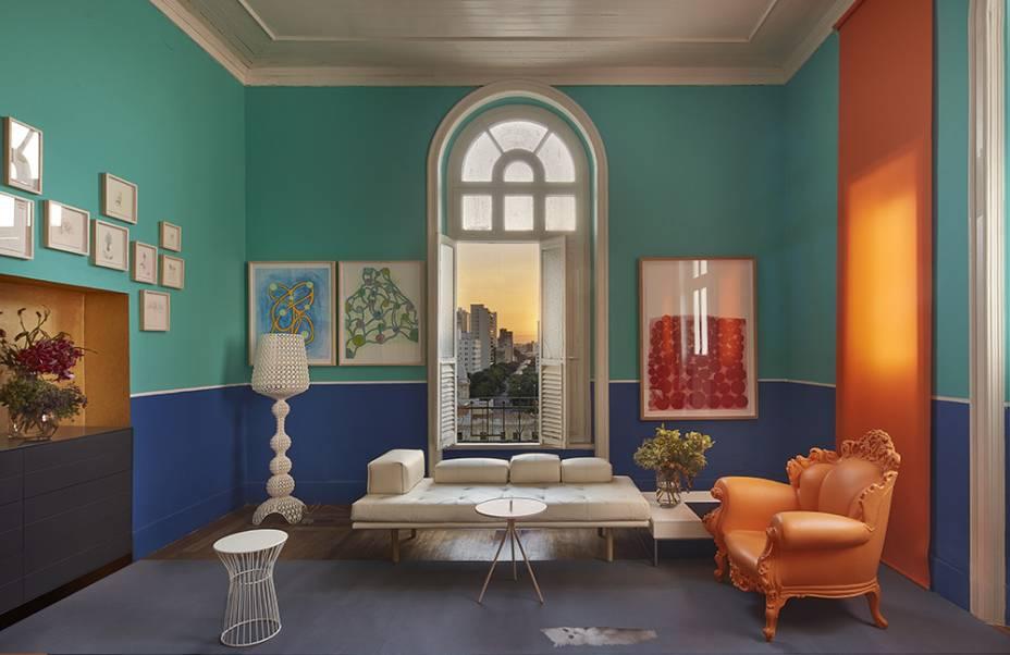 CASACOR Minas Gerais.<span>Sala de Imprensa - Pedro Lázaro. Azul carbono e verde piscina dividem as atenções nas paredes, assim como o laranja - inclusive, o rolô disfarça a janela menor e equilibra visualmente o espaço. Além das cores vibrantes, os móveis do estúdio Nendo garantem o bom humor. Para equilibrar, teto e esquadrias vêm em off-while.</span>