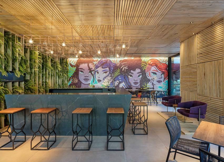 CASACOR Brasília.<span>Pizza Bar – Studio Gontijo Arquitetura e Interiores. Criado por mulheres para uma chef, Narciza Leão, chama a atenção inicialmente pelo grafite da artista brasiliense Camila Siren. </span>