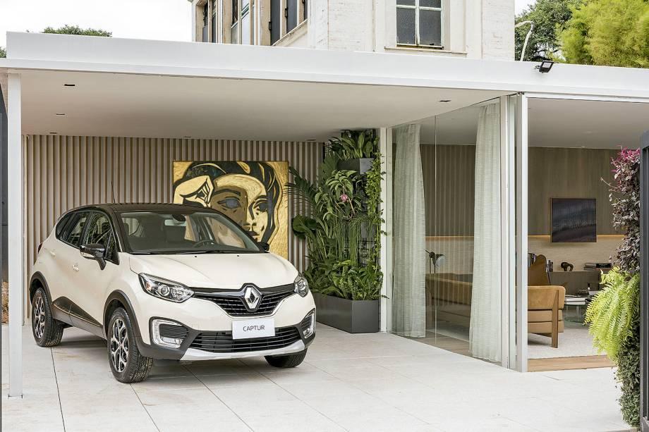 <span>CASACOR São Paulo. Alexandre Dal Fabro - Garagem de Estar Renault. A partir de uma leve estrutura metálica, o projeto se define e vem marcado por planos lineares e grandes panos de vidro. Ao fundo, a tela do Speto produzida com ouro 18 quilates.</span>