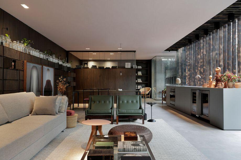 CASACOR São Paulo 2017:<span>Yamagata Arquitetura - CASA Niwa. Linhas retas e traços arquitetônicos bem marcados se unem a tons profundos e densos. Aqui o destaque é a estante com pequenos nichos, que abrem e fecham por portinhas que se encaixam, para guardar coleções e objetos afetivos. A palavra japonesa Niwa refere-se ao jardim da casa, projetado em parceria com Alex Hanazaki.</span><span></span>