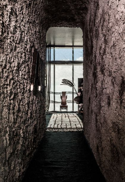 Skēnē Studio - Gustavo Neves. Com referências à soprano Maria Callas - cujas árias tocam em versão remixada ao fundo -, o projeto investe na dramaticidade. Revestimentos escuros nas paredes, pontilhados em metal, além de cordas e armários em pedra criam esse mood. Na sala principal, destaque para a instalação magnética interativa de Luis Pons.