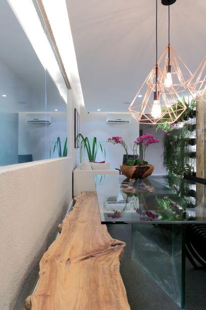 Varanda Gourmet - Melina Armstrong Villar. Neste projeto, o espaço gourmet ganha novos ares. A parede da bancada e o teto recebem o trabalho da artista alagoana Julia Nogueira, da Sertão Encantado. Três lustres iluminam um canto do espaço.
