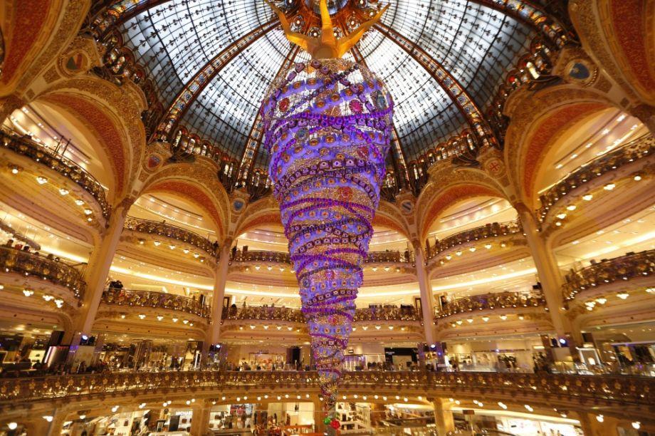 Árvore de Natal invertida com 25 m de comprimento na Galeria Lafayette, em Paris, no ano de 2014.