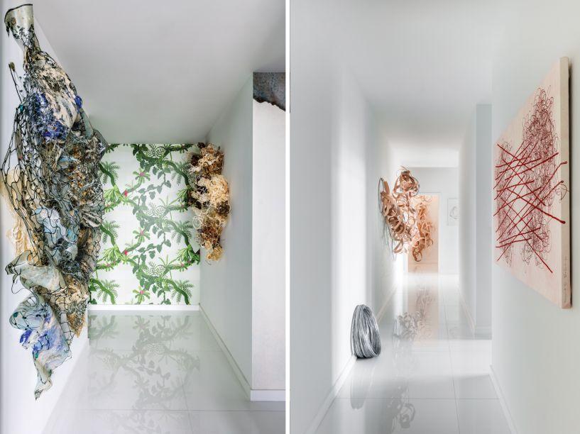 Carola Bravo e Liz Tokarlilar são as duas outras artistas que possuem instalações na mostra. Suas obras envolvem experiências interativas, digitais e audiovisuais.