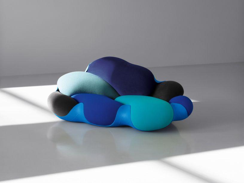 A Louis Vuitton apresentará as últimas peças da Objets Nomades, que é uma coleção de móveis e artigos de casa inspirados em viagens. Destaque para o sofá <em>Bomboca</em> dos Irmãos Campana.