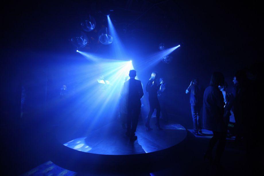 A Fondazione Prada apresentará uma colaboração de três noites com o artista conceitual Carsten Höller. O trabalho, chamado <em>The Prada Double Club Miami</em>, é essencialmente um salão de dança temporário com dois projetos espaciais opostos: um cinza e incolor, outro colorido. O efeito destina-se a confundir e desafiar o visitante. Prada e Höller já apresentaram o mesmo projeto em Londres em 2008.