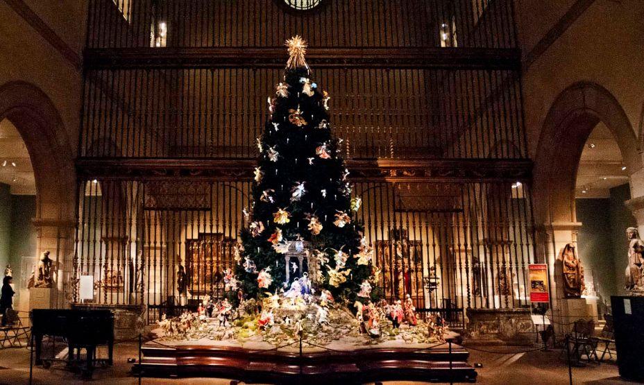 Árvore de Natal com decoração barroca, no Metropolitan Museum of Art, em Nova Iorque.