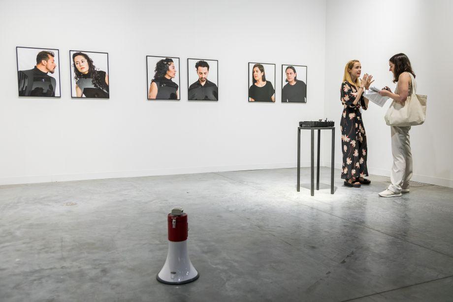 """A galeria da Cidade do México, Arredondo \ Arozarena, apresenta a instalação fotográfica """"Reticence"""" e a performance """"Sigilo Murmullo"""" de Israel Martinez."""