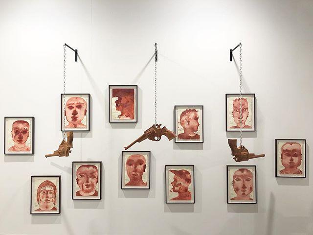 Galeria Stevenson: obra do artista camaronense Barthélémy Toguo. Além de pintura, Toguo trabalha com fotografia, impressões, escultura e vídeo.