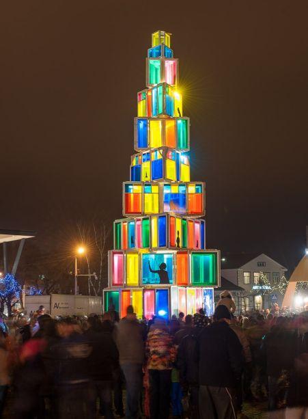 Árvore de Natal de 2015 em Rakvere, na Estônia. Ela era feita com vidros emoldurados e iluminados.