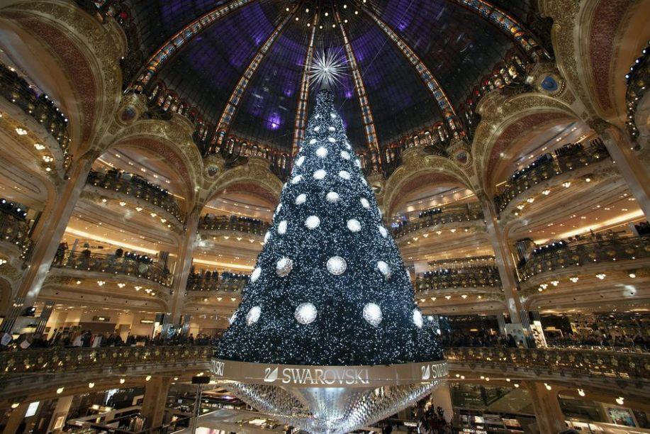 Árvore de Natal de 2012 da Galeria Lafayette, em Paris. Essa árvore possuía 21 m de altura e era decorada com 5000 cristais Swarovski.